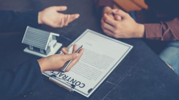 En klient og en advokat diskuterer en sak som omhandler avhendingsloven