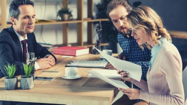 Et par som har en eiendomssak får bistand fra en advokat spesialisert på eiendomsrett
