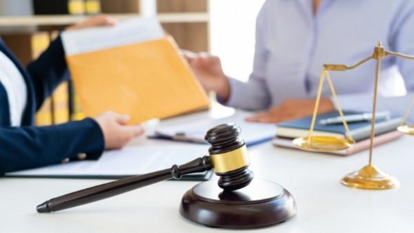 En klient som er i en boligtvist snakker med en advokat spesialisert på eiendomsrett
