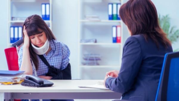En dame som har vært utsatt for en trafikkulykke snakker med en advokat som skal gi bistand til å fremme et erstatningskrav mot ansvarlig forsikringsselskap