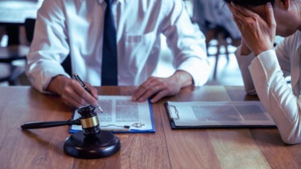 En advokat og klienten sin som vil kreve erstatning etter personskade