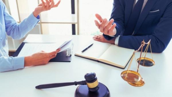 En advokat og klienten sin diskuterer en sak som omhandler foreldelse av yrkesskadeerstatning
