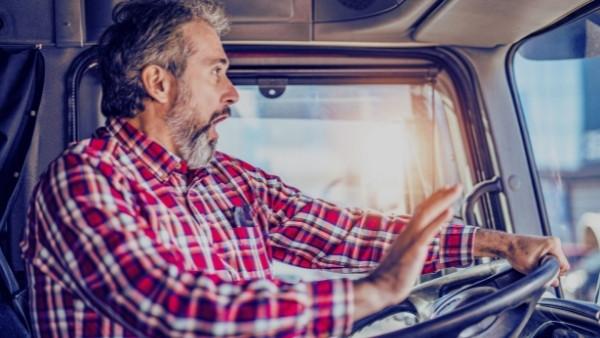 En lastebilsjåfør som er utsatt for en trafikkulykke på jobb