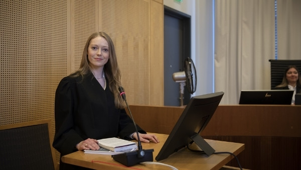 En bistandsadvokat i en rettssal i Oslo tinghus
